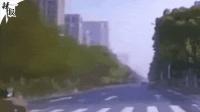 【整点辣报】小学生被撞飞/清理车失控/狗狗开车冲入店中
