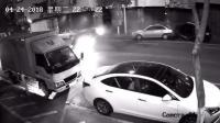 马路杀手! 疾驰轿车街头失控连撞路边三车