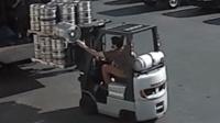 140斤酒桶突然掉落 叉车司机边开车边接住