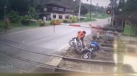 女子骑车直撞铁轨落下栏杆 差点被火车碾过