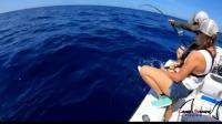 看他们的鱼竿都快被拽到海里了, 看来力气小真没法玩深海船钓