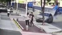 小车失控猛冲 男女人行道上被撞飞
