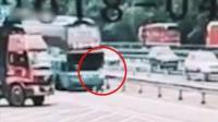 低头族!男子看手机被大客车撞飞 连翻数圈