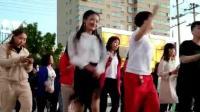 小媳妇每天都来锻炼身体, 广场舞跳的真美, 你觉得那
