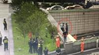 男子在隧道上欲轻生 民警一个飞扑将其救下