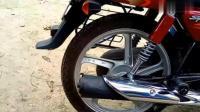 摩托车排气管上绑了个铁壶, 上路行驶回头率高
