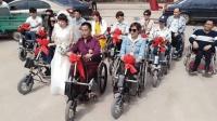 残疾男女网恋成正果 用轮椅当婚车接新娘