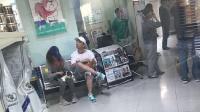 """新女友?王思聪与神秘女子现身宠物店 两人还带着""""情侣狗狗"""""""