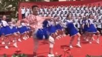 """初二男生领跳网红舞 身姿妖娆""""技压群芳"""""""