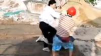 惹不起! 两男女工地上打架 女子勇猛秒杀对手