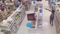巴西劫匪抢劫药店 被休班警察两枪击毙