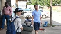 在非洲打拼的中国人生活不易, 黑人蹲在旁边等着工作