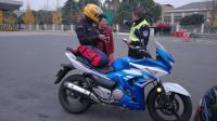摩托车刚上高速, 交警就拦截, 做到3点交警就放你过去!