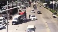 男子路边拿快递 失控货车将人撞倒碾压