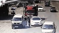 可怕! 货车司机疲劳驾驶撞翻路人