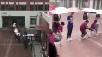 暖心一幕! 为防止学生被淋 老师们暴雨中排队撑伞 架起一座彩虹桥