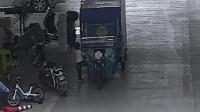 2岁小孩偷开快递车 加速狂奔一头撞墙