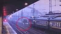 男子冲向疾驰的火车 被民警一把抓住