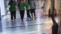 """中年男子商场假装""""碰撞""""伸咸猪手袭胸女生"""