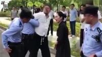 【整点辣报】教科书执法/偶遇野生熊猫/最尴尬驾考