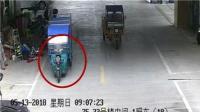 监拍2岁熊孩子偷开电动摩托撞墙