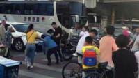 北京两人街头起争执 一男子疑用专业格斗术
