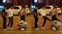 男子马路中央飞腿踹倒女人 外国小哥大喊: 不要