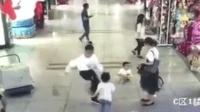 什么仇什么怨? 孩童商场奔跑遭男子一脚踹飞