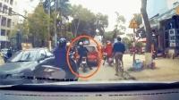 男子挑衅红色轿车, 谁知碰上狠角色, 尴尬了