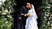 甜蜜暴击! 哈里王子与王妃当众亲吻