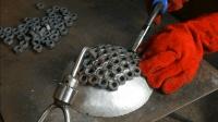 男子将几十颗螺母焊在一起, 成品果然非同一般, 让人眼前一亮