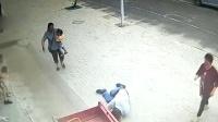 2岁女童挂三轮冲向墙 男子飞身撞停5秒救下