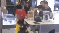 外卖小哥送餐遭围殴 手机店员: 外卖员先动手