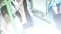 猥琐男公交上摸女子大腿 欲逃下车司机关门
