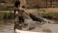 男子直播拍摄鳄鱼突遭袭击 差半秒手就没了