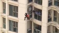 少年与家人争执欲跳楼 消防员高空速降救下