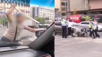 疑因情感纠纷 男子街头猛砸前妻车