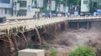 乐山暴雨级别更为红色预警 民众紧急转移