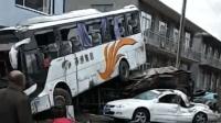 大客车横翻360度 压扁轿车后骑在货车上