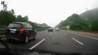 高速翻车现场! 司机瞌睡一秒钟