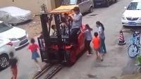 监拍: 6岁男童跳上叉车玩耍遭碾压致重伤