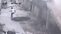 路边围墙突然倒塌 男子弃车逃过一劫