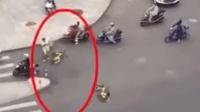 无语! 男子十字路口 搬共享单车扔路中央