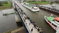 这桥造价38亿, 却没有汽车能跑, 船在桥上过, 吸引无数游客