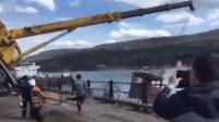 惊险! 吊车吊轮船下水 突然失控被拽翻跌落水里