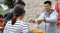 欢子农村摆地摊卖螃蟹, 现场生意火爆, 螃蟹原料竟然是红薯