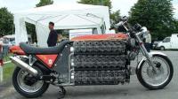 大叔耗时3年改装摩托车, 装上48个气缸秒杀超跑, 速度得有多快?