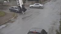 货车被撞腾空翻转360° 司机从车窗甩出