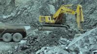 小松600挖掘机, 装完车还要砸石头, 这效率划算吗?