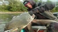 钓鱼: 钓起一条比一条更大的鲶鱼, 就是他俩最大的乐趣!